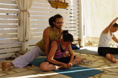 Maxime Gamart - ajustements Ashtanga Yoga Vinyasa - atelier Trini Yoga Paris