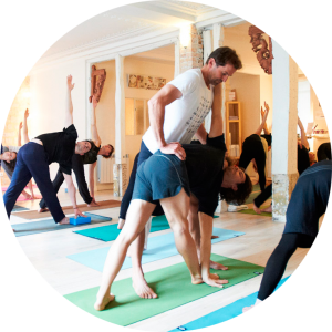 Cours de Yoga à Paris au TriniYoga - posture Utthita Trikonasana