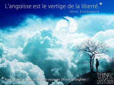 Homme à côté d'un arbre au dessus des nuages - citation TriniYoga