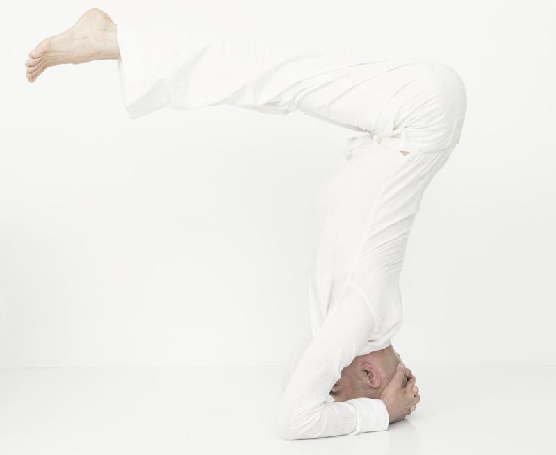 Franco Senica - Posture Yoga sur la tête - asana
