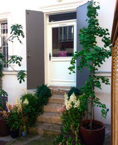 entrée du studio Trini Yoga dans la 2e cour et ses plantes