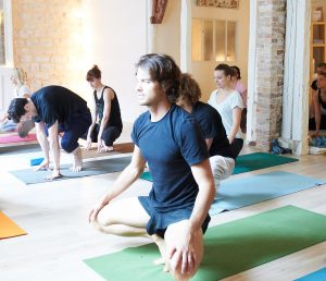 photos de cours et postures ashtanga vinyasa yoga  triniyoga