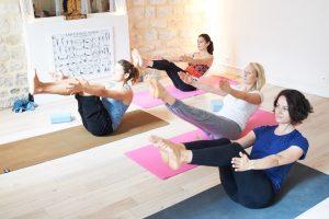 Cours de Yoga au studio TriniYoga Paris - posture Navasana