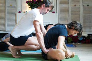 ajustement posture pendant cours Ashtanga Yoga TriniYoga