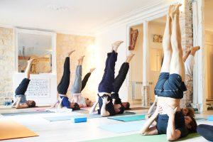 cours de yoga - posture Salamba Savrangasana Ashtanga chandelle