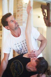 Cours de Yoga au studio TriniYoga Paris - ajustement Trikonasana