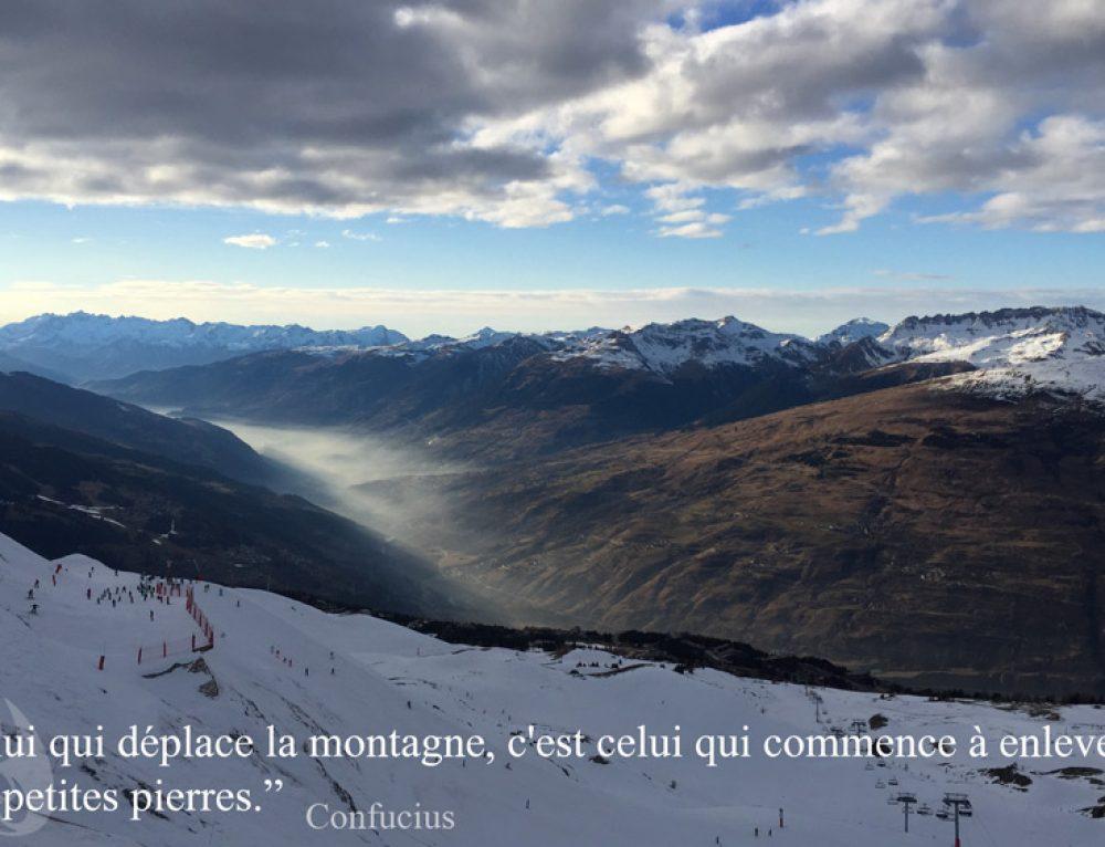 Citation – Celui qui déplace la montagne, c'est celui qui commence à enlever les petites pierres
